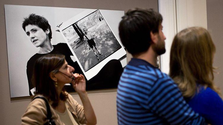Des visiteurs regardent une exposition consacrée à Diane Arbus à Berlin (24 septembre 2012)  (AFP / DAVID GANNON)