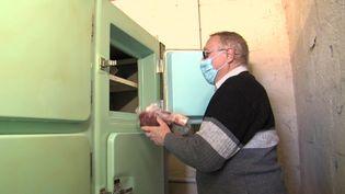 En Isère, le village de Longechenal possède un surgélateur communautaire depuis 1965. Il vient d'être repris par une association et fait le bonheur des habitants. (D. Bourget / France Télévisions)