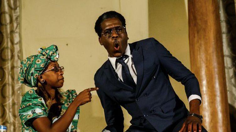 Une scène de la pièce satirique qui raconte les derniers jours du règne de l'ancien président Robert Mugabe.   (Jekesai NJIKIZANA / AFP)