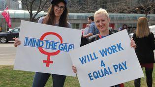 Des femmesmanifestent contre l'écart salarial entre les sexes, à Toronto (Canada), le 11 avril 2017. (CREATIVE TOUCH IMAGING LTD / NURPHOTO / AFP)