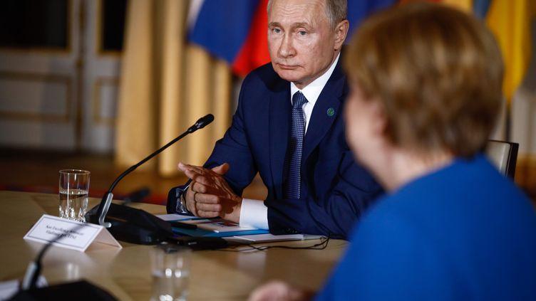 Le président russe Vladimir Poutine au côté de la chancelière allemande Angela Merkel lors d'une réunion sur l'Ukraine, à l'Elysée à Paris (France) le 9 décembre 2019 (POOL/HAMILTON/MAXPPP / MAXPPP)