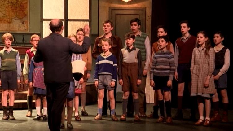 """""""Les choristes"""" sur la scène des Folies Bergère  (France 3/Culturebox / capture d'écran)"""