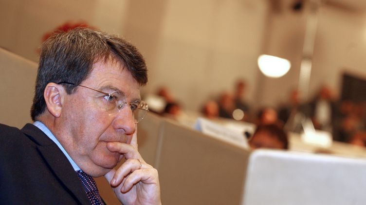 L'ancien ministre du Travail Xavier Darcos a été entendu dans l'enquête sur l'affaire Relais & Châteaux le 12 septembre 2012 à Paris. (NICOLAS TUCAT / AFP)