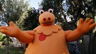 """Casimir, le """"monstre gentil"""" dans l'émission de télévision """"L'île aux enfants"""" pose le 16 septembre 2014 lors des 40 ans à Saint-Maur-Des-Fossés (Val-de-Marne) (FRANCOIS GUILLOT / AFP)"""
