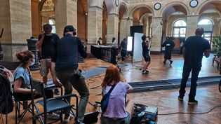 Le tournage d'une série TF1 au palais Brongniart, à Paris. (MANON MELLA / FRANCEINFO)