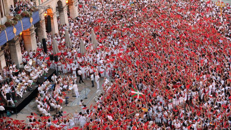 La foule rassemblée pour les fêtes de Bayonne (Pyrénées-Atlantiques), le 27 juillet 2014. (GAIZKA IROZ / AFP)