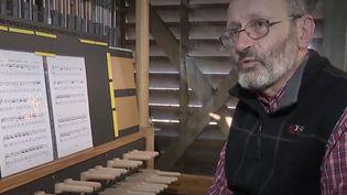 À Bergues, le carillonneur officiel du beffroi, Jacques Martel, a décidé de donner chaque jour un concert gratuit pour mettre du baume au cœurdeshabitants confinés. (CAPTURE D'ÉCRAN FRANCE 3)