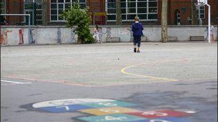 La cour d'une école parisienne. Photo d'illustration. (LUC NOBOUT / MAXPPP)