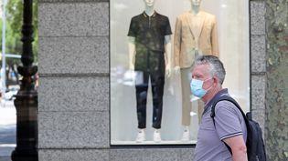 Un homme déambule dans les rues de Barcelone (Catalogne), le 9 juillet 2020. (JOAN VALLS / NURPHOTO / AFP)
