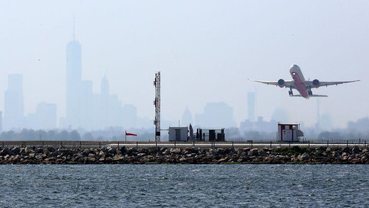 Un avion décolle de l'aéroport John F. Kennedy, à New York, le 25 mai 2015. (TREVOR COLLENS / AFP)