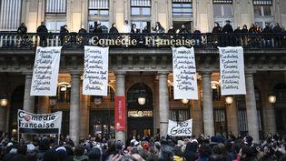 Des comédiens jouent à la Comédie-Française contre la réforme des retraites. (STEPHANE DE SAKUTIN / AFP)