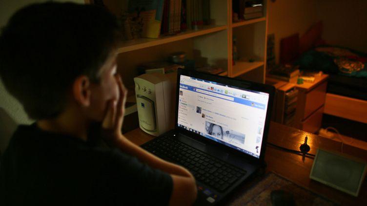 (© Maxppp - De plus en plus d'ados se disent victime de harcèlement via le réseau social facebook.)