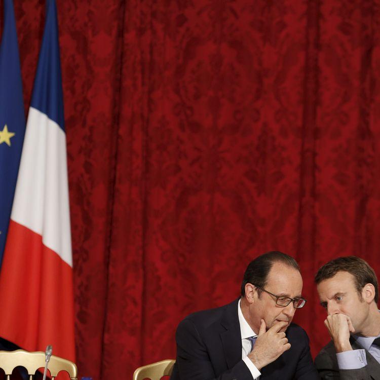 François Hollande et Emmanuel Macron discutent lors d'un conseil stratégique à l'Elysée, le 16 juin 2015. (DENIS ALLARD / REA)