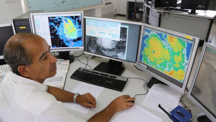 Les bureaux de Météo France scrutant l'arrivée du cyclone Bejisa à la Réunion, le 31 décembre 2013. (RICHARD BOUHET / AFP)