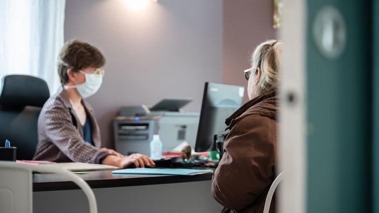 Une femme consulte son médecin généraliste à son cabinet,àExcideuil (Dordogne), le 2 mars 2020. (ROMAIN LONGIERAS / HANS LUCAS / AFP)