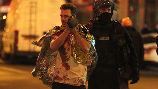 Un blessé du Bataclan, quelques minutes après l'attaque de la salle de concert, samedi 14 novembre. (ELYXANDRO CEGARRA / CITIZENSIDE.COM / AFP)