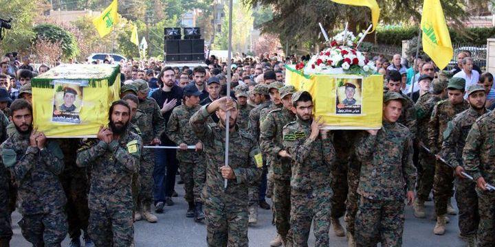 Les dépouilles de combattants du Hezbollah tombés en Syrie, ramenées au Liban dans les cercueils recouverts du drapeau jaune du parti pour être inhumées à Baalbek le 21 septembre 2015. (AFP/ST)