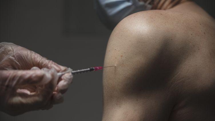 Un infirmier reçoit une dose du vaccin contre le Covid-19, le 11 janvier 2021, à Carcassonne (Aude). (IDRISS BIGOU-GILLES / HANS LUCAS / AFP)