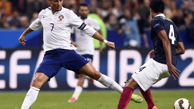 Cristiano Ronaldo face à Raphaël Varane (FRANCK FIFE / AFP)