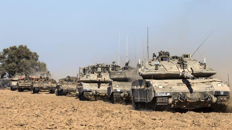 Des chars israéliens circulent près de la frontière avec la bande de Gaza, le 17 juillet 2014. (JACK GUEZ / AFP)