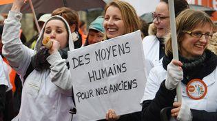 Des manifestants protestent contre le manque de moyens dans les maisons de retraite, le 30 janvier 2018 à Quimper (Finistère). (FRED TANNEAU / AFP)