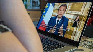 Emmanuel Macron s'est exprimé devant les Français, lundi 13 avril 2020, pour annoncer la poursuite du confinement face au coronavirus. (FLORIAN JANNOT-CAEILLET / HANS LUCAS / AFP)