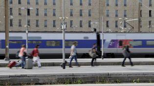Des voyageurs à la gare Saint-Charles de Marseille, le 22 avril 2018. (MAXPPP)