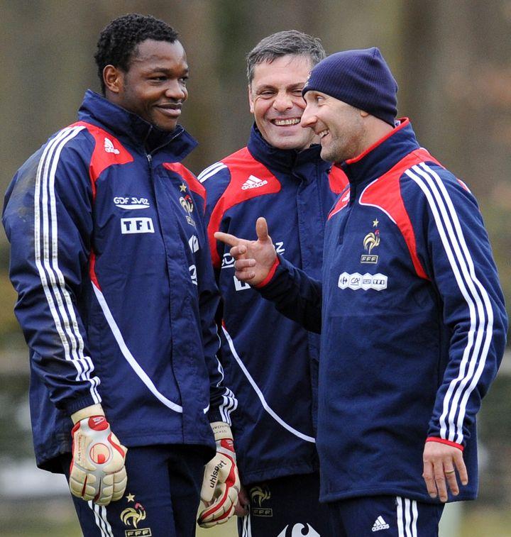 Bruno Martini, alors entraîneur des gardiens de l'équipe de France, avec Steve Mandanda et Fabien Barthez en 2009 (FRANCK FIFE / AFP)