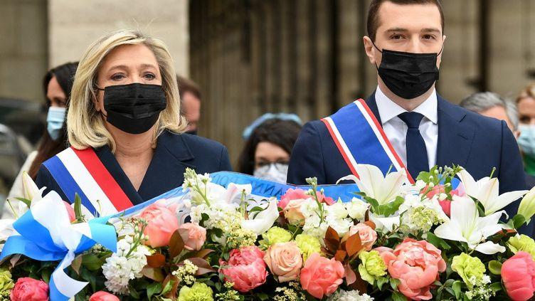 La présidente du Rassemblement national Marine Le Pen et le vice-président du parti Jordan Bardella déposent une gerbe de fleurs devant la statue de Jeanne d'Arc à Paris, le 1er mai 2021. (BERTRAND GUAY / AFP)