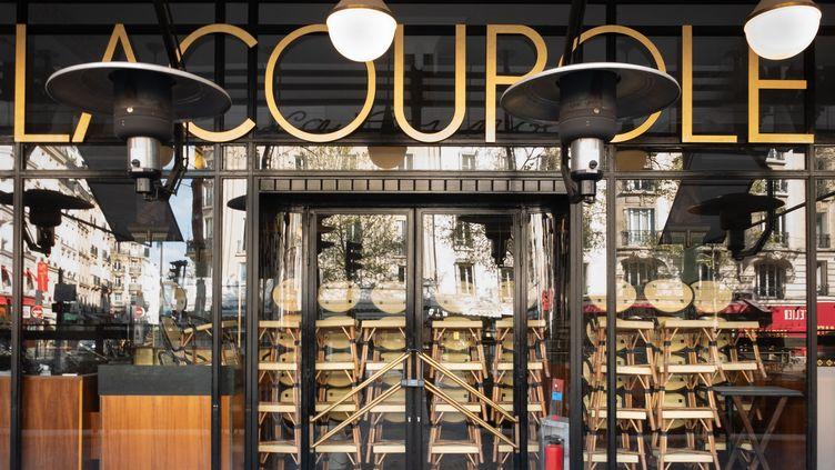 Un restaurant de Paris, fermé en raison des mesures sanitaires, le 19 avril 2021. (GEORGES GONON-GUILLERMAS / HANS LUCAS / AFP)