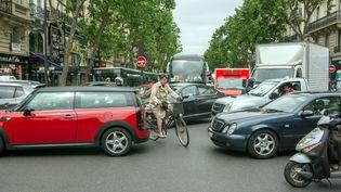 Un vélo dans un embouteillage. (MAXPPP)