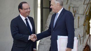 François Hollande serre la main de Jean-Marc Ayrault, le 19 août2013, à l'Elysée, à Paris. (BERTRAND GUAY / AFP)