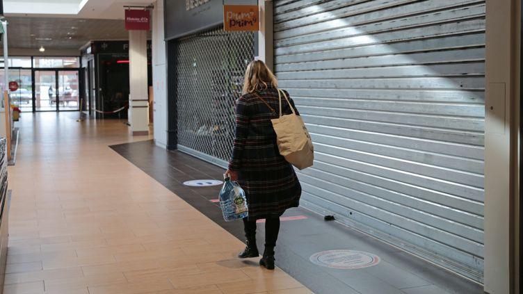 Dans un centre commercial à Brest, le 1er février 2021. Photo d'illustration. (LIONEL LE SAUX / MAXPPP)