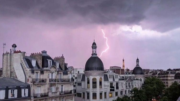 Des orages assez violents ont frappé la moitié nord du pays, dans la nuit du mercredi 3 au jeudi 4 juin, l'Île-de-France et la Bretagne notamment. Des orages accompagnés de pluie, parfois de grêle, qui ont fait chuter les températures. (FRANCE 3)