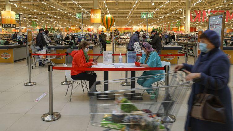 Une femme remplit formulaire avant de se faire vacciner dans un point de vaccination situé dans un hypermarché de Moscou (30 avril 2021). (VLADIMIR PESNYA / SPUTNIK)