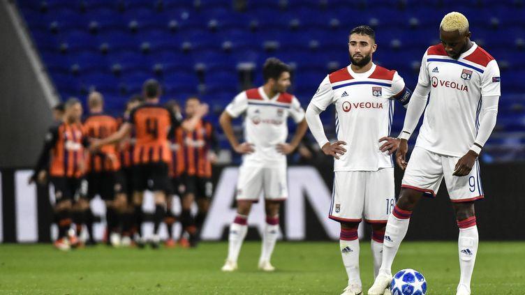 Moussa Dembélé et Nabil Fekir pensifs face au Shakhtar lors du match aller (JEFF PACHOUD / AFP)