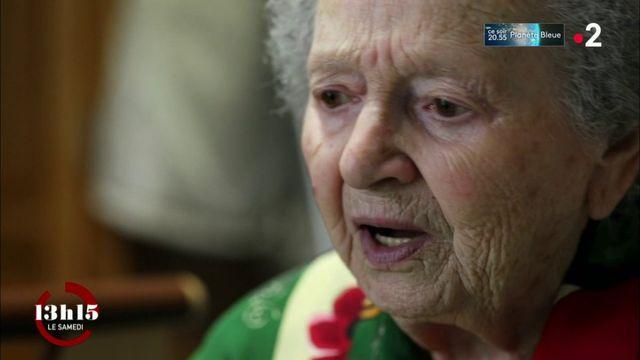 """VIDEO. Héloïse, 93 ans, star de la radio associative charentaise RDC, nous chante """"Trois violettes pour dire je t'aime"""""""