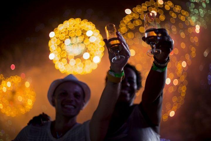Les cariocas fêtent le Nouvel An sur la plage de Copacabana  (DOUGLAS SHINEIDR / AFP)