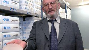 Jean-Claude Mas, le fondateur de l'entreprise PIP, présentant une de ses prothèses dans son entreprise de la Seyne-sur-Mer (Var), le 17 janvier 2011. (ERIC ESTRADE / AFP)