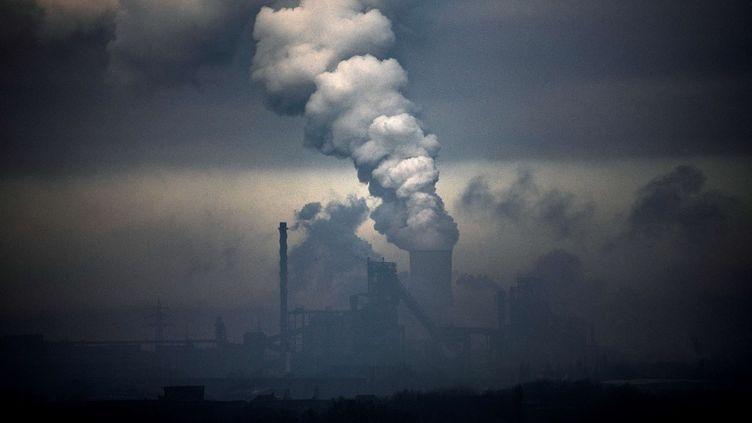 Une usine du conglomérat industriel allemand ThyssenKrupp (au premier plan) et une centrale électrique au charbon à Duisburg, dans l'ouest de l'Allemagne, le23 janvier 2020. (INA FASSBENDER / AFP)