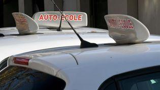 Des véhicules d'auto-école, le 9 novembre 2020 à Lons-le-Saunier (Jura). (MAXPPP)
