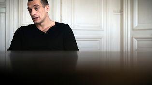 L'artiste contestataire russe Piotr Pavlenski, qui affirme être à l'origine de la diffusion de vidéos intimes et conversations attribuées à Benjamin Griveaux, le 14 février 2020 à Paris. (LIONEL BONAVENTURE / AFP)