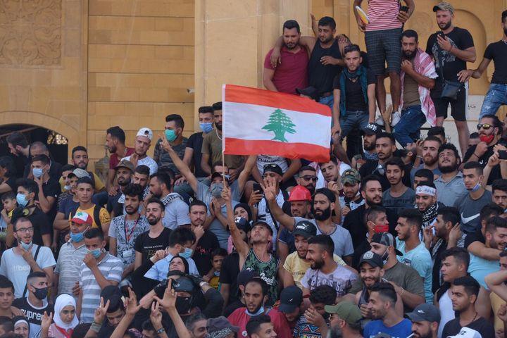 Ambiance de révolution au Liban quatre jours après la dramatique explosion du port. Samedi 8 août, des milliers de Libanais ont investi les rues de la capitale et certains ministères. De violents affrontements avec les forces de l'odre ont eu lieu. (NATHANAEL CHARBONNIER / RADIO FRANCE)