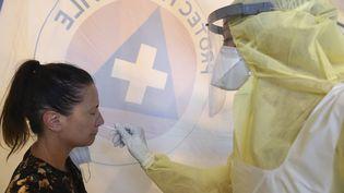 Un test de dépistage au coronavirus, réalisé à Laval (Mayenne), le 17 juillet 2020. (JEAN-FRANCOIS MONIER / AFP)