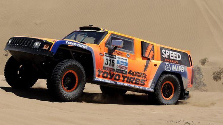 Robby Gordon (Hummer) très à l'aise dans le sable (JACKY NAEGELEN / POOL)