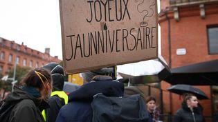 """Une pancarte est brandie lors d'une manifestation des """"gilets jaunes"""", le 16 novembre 2019, à Toulouse (Haute-Garonne). (SANDRA FASTRE / HANS LUCAS / AFP)"""