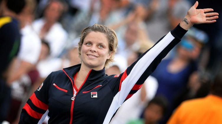 Kim Clijsters embrasse le trophée de l'US Open lors de son 3e titre à New York (YORICK JANSENS / BELGA MAG)