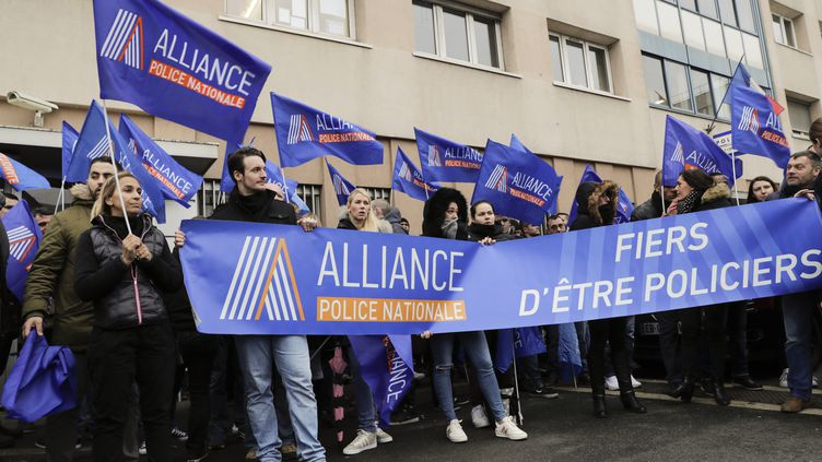Des membres du syndicat Alliance manifestent à l'extérieur du commissariat de Champigny-sur-Marne (Val-de-Marne), le 2 janvier 2018. (THOMAS SAMSON / AFP)
