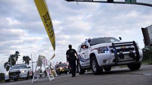 Des véhicules d'urgence au niveau d'un barrage routier, mis en place à la suite des explosions survenues dans l'usine chimique Arkema, à Crosby, au Texas (Etats-Unis), le 31 août 2017. (BRENDAN SMIALOWSKI / AFP)