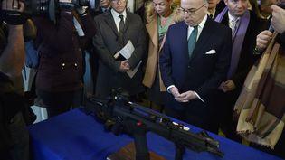 Le ministre de l'Intérieur Bernard Cazeneuve lors de la présentation du nouvel équipement à destination des BAC de la préfecture de Paris, lundi 29 février 2016 au commissariat du XXe arrondissement. (ALAIN JOCARD / AFP)